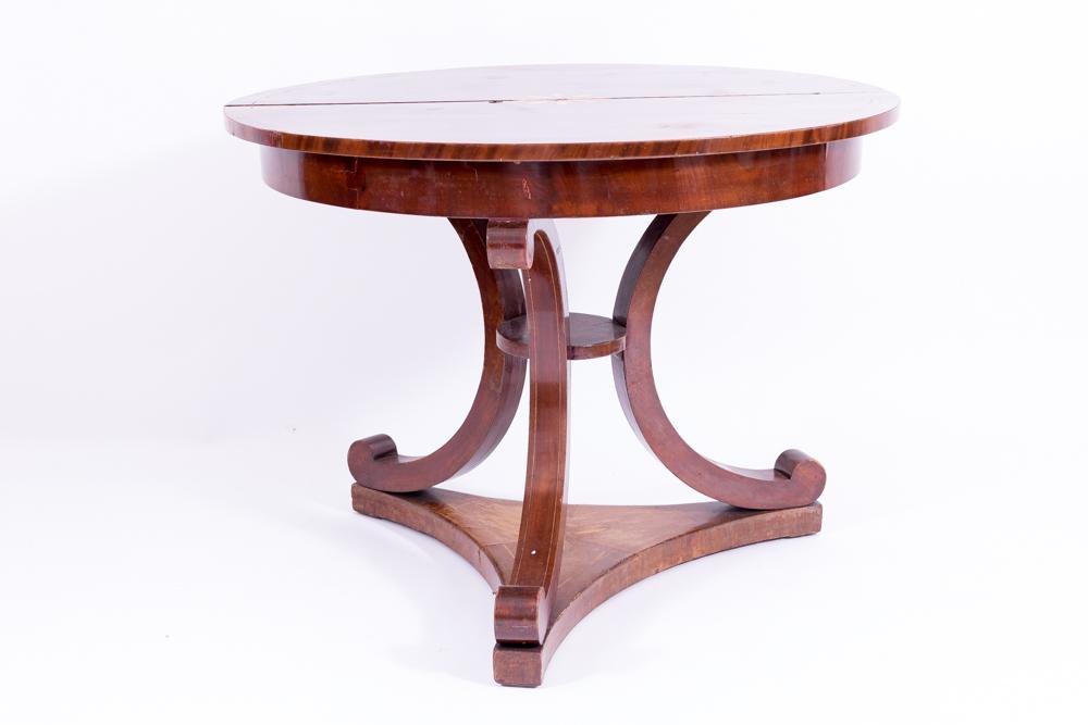 Runder Tisch auf drei geschwungenen Beinen auf dreisterniger Sockelplatte