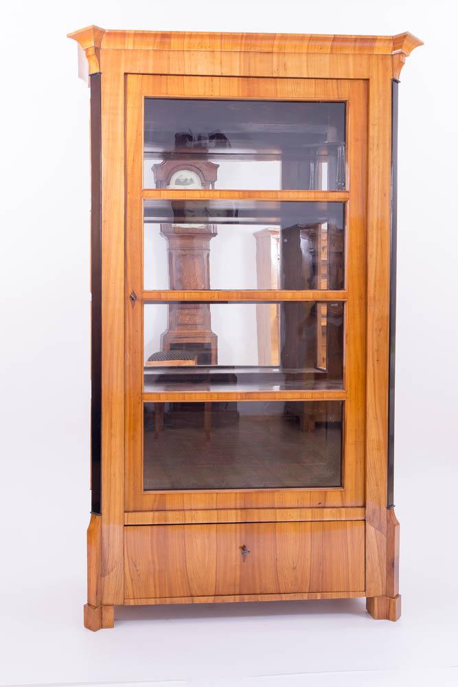 Restaurator für antike Biedermeier Möbel